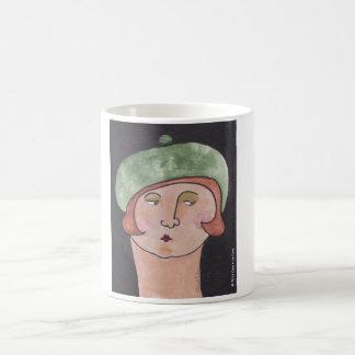 La señora en el ` verde de la boina taza clásica