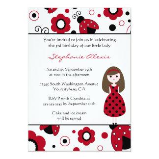 La señora negra roja linda fastidia la invitación