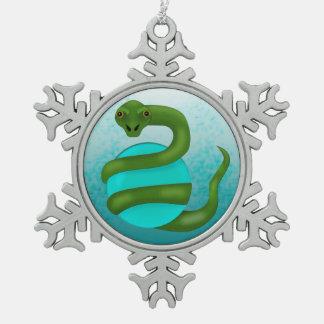 La serpiente adorno de peltre en forma de copo de nieve