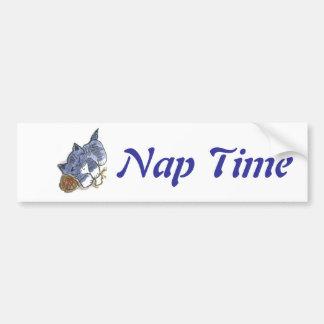 La siesta del azul con la almohada de la bola del  pegatina para auto