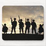 La silueta 20 del soldado alfombrilla de raton