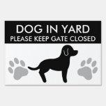 La silueta blanco y negro del perro mantiene la pu