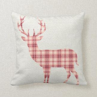 La silueta de los ciervos de la tela escocesa en cojín decorativo
