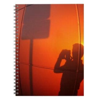 La silueta de un hombre en una pared del note book