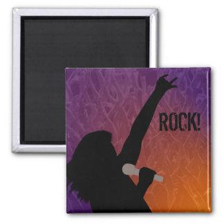 La silueta del cantante de roca con una muchedumbr imán cuadrado