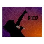 La silueta del cantante de roca con una muchedumbr tarjetas postales