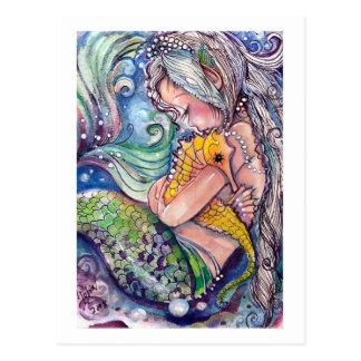 La sirena abraza la postal