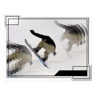 La snowboard cerca la postal con barandilla
