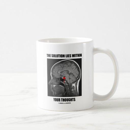 La solución miente dentro de sus pensamientos (la  taza básica blanca