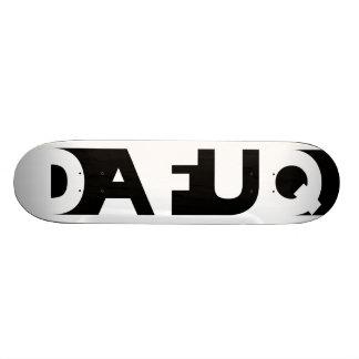 La sombra de Dafuq bloquea el monopatín. Blanco Skate Boards