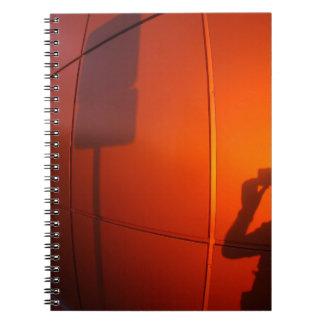 La sombra de un hombre en una pared del libreta