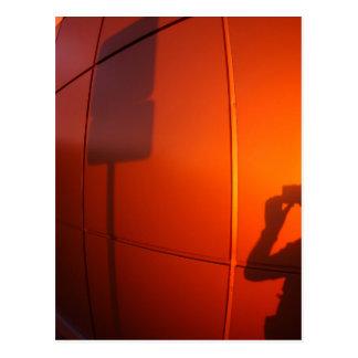 La sombra de un hombre en una pared del tarjeta postal