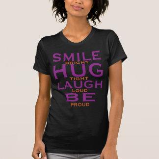 La sonrisa brillante, abraza firmemente, risa playera