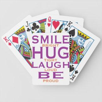 La sonrisa brillante, abraza firmemente, risa ruid baraja cartas de poker