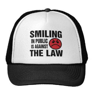 La sonrisa en público está contra la ley gorro