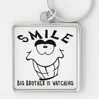 La sonrisa hermano mayor está mirando llavero cuadrado plateado