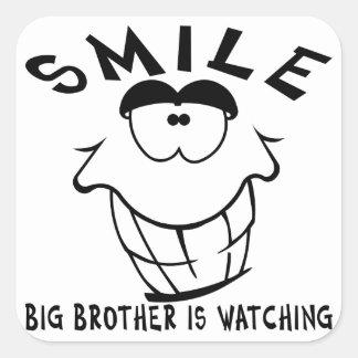 La sonrisa hermano mayor está mirando pegatina cuadrada