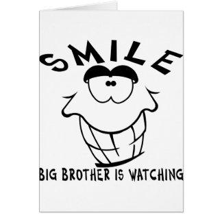 La sonrisa hermano mayor está mirando tarjeta de felicitación