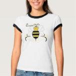 La sonrisa manosea la camisa de la abeja reina de