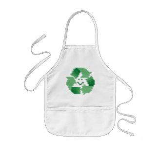 La sonrisa recicla el delantal del niño del símbol