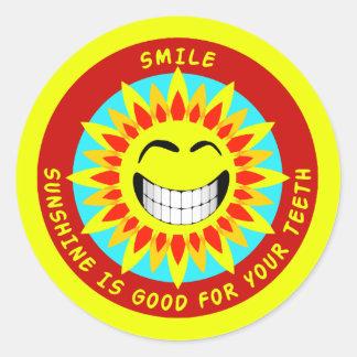 La sonrisa, sol es buena para sus dientes pegatina redonda