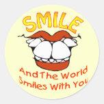 La sonrisa y el mundo sonríe con usted etiquetas redondas