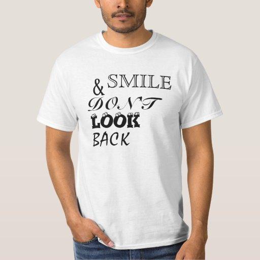 La sonrisa y no mira detrás playera