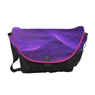 La suavidad púrpura del agua agita la bolsa de men bolsa de mensajería