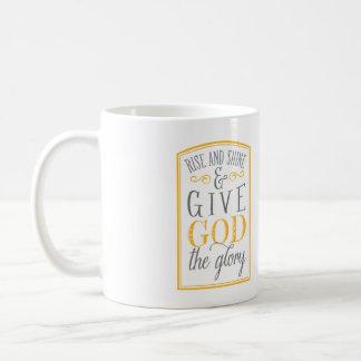 La subida y el brillo y dan a dios la taza de la