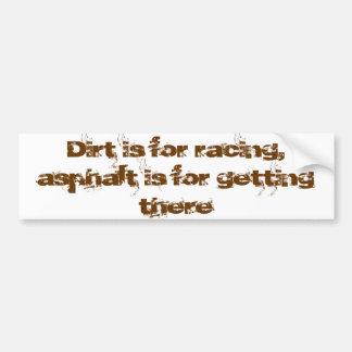 La suciedad está para competir con el asfalto está pegatina de parachoque