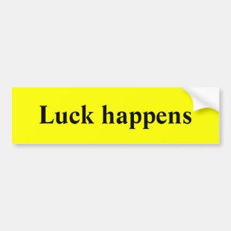 La suerte sucede pegatina para auto