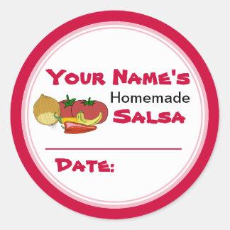 La tapa de enlatado del tarro de la salsa hecha en etiquetas redondas