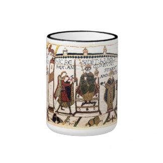 La tapicería de Bayeux: Coronación de Harold Taza De Dos Colores