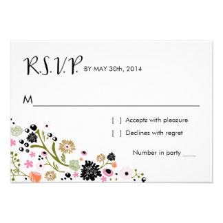 La tarjeta de contestación floral del ramo bonito invitaciones personalizada