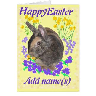 La tarjeta de pascua linda del conejo y de las flo