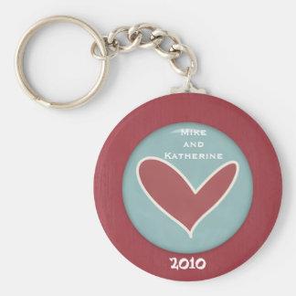 La tarjeta del día de San Valentín abraza y besa Llavero Redondo Tipo Pin