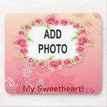 La tarjeta del día de San Valentín rosada de los r Tapetes De Ratón