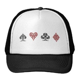 La tarjeta del póker se adapta al gorra