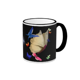 La taza beige grande de la mariposa