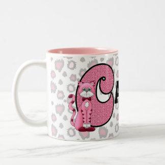 "La taza ""C"" del niño con monograma del gato rosado"