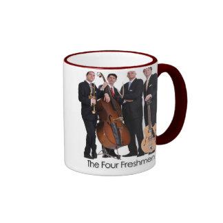 La taza de café de cuatro estudiantes de primer añ