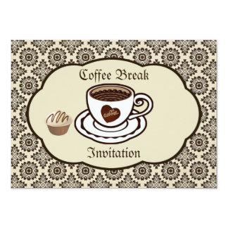 La taza de café, torta en un fiesta del modelo del comunicado personal
