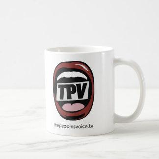 La taza de la bebida de la voz TV de la gente