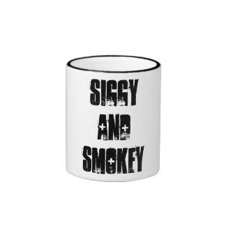 La taza de la demostración de Siggy y de Smokey