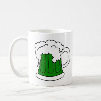 La taza de St Patrick verde de la cerveza