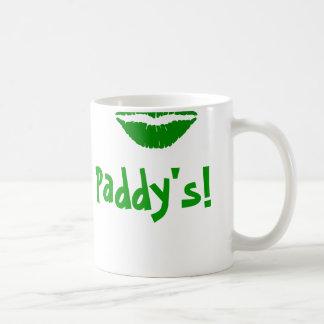 La taza de St Patrick verde del beso