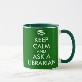 La taza del bibliotecario guarda calma para pedir