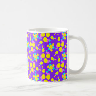 La taza del café/del té con púrpura y el amarillo