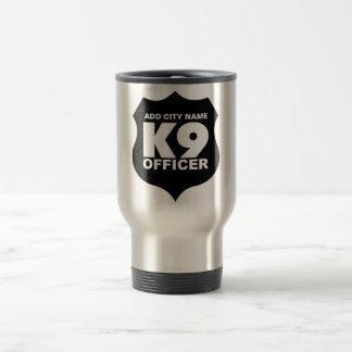 La taza del viaje del oficial K9 AÑADE NOMBRE de