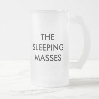 La taza del vidrio esmerilado de las masas el
